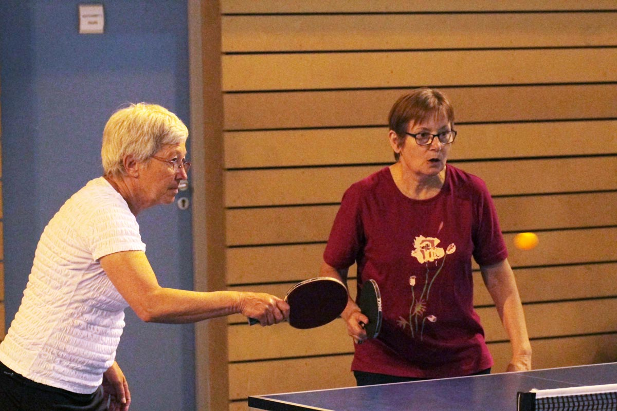 Marie-Louise LAMURE et Odile CHARVET se prête au jeu de la soirée Plus belle le ping