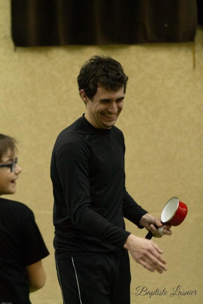 Fabien joue au tennis de table avec une casserole